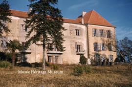 Exterior of Chateau du Couloume and people